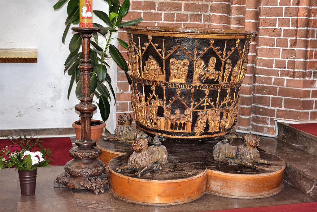 Chrzcielnica jeden z zabytków w Bazylice Mariackiej w Kołobrzegu